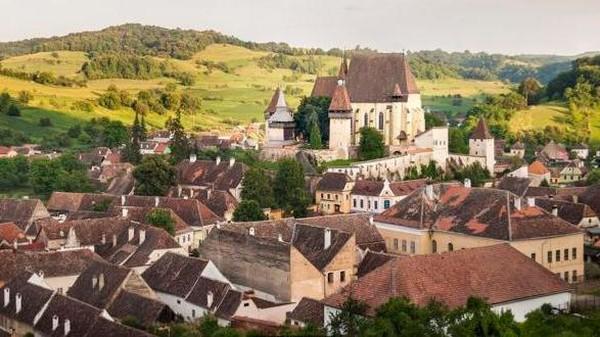 Salah satu desa warisan dunia Saxon UNESCO di Transylvania, punya cara unik agar penduduknya tidak bercerai. Mereka akan di kunci dalam penjara perkawinan (Stephen McGrath/BBC)