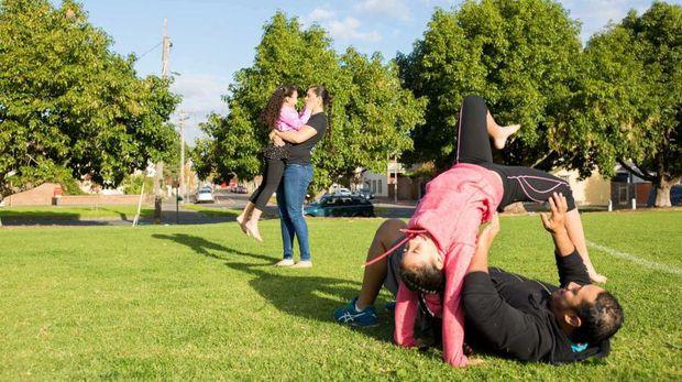 Shantelle Thompson sedang rekreasi di taman bersama anak dan suaminya
