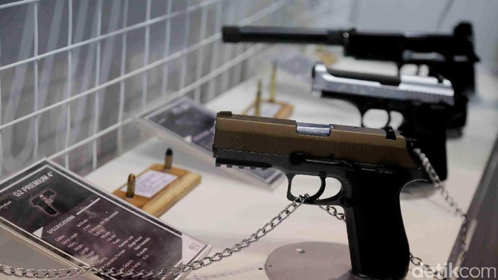 PT Pindad (Perseo) memamerkan berbagai jenis senjata api di acara Indo Security and Firex Expo & Forum di JCC, Jakarta.