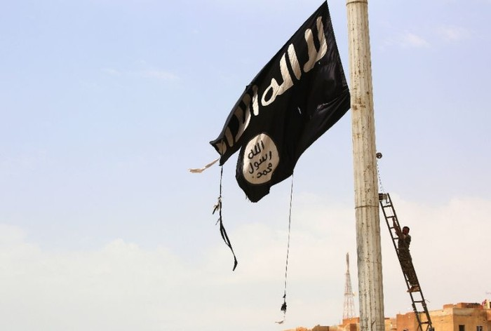 Foto ilustrasi: Pencopotan Bendera ISIS oleh SDF. (AFP Photo/DELIL SOULEIMAN)