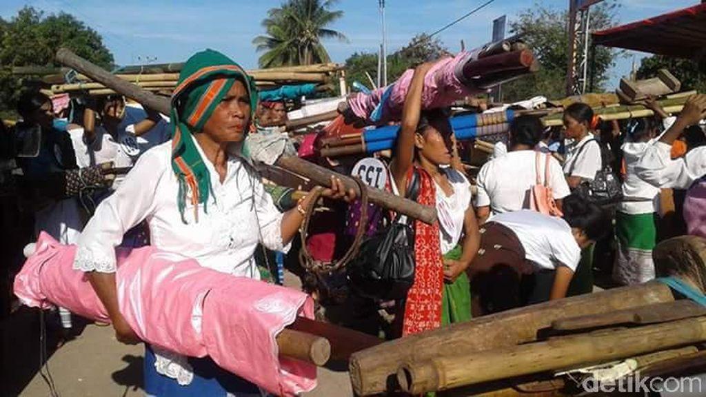 Masyarakat Sumba Bersiap Sambut Kedatangan Jokowi dengan Sukacita