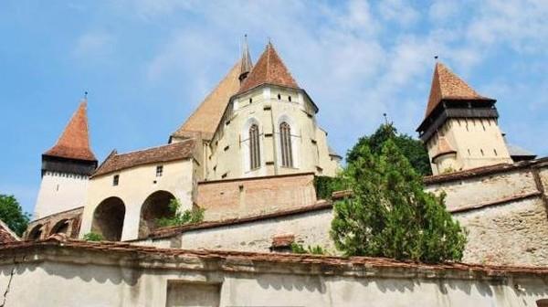 Terletak di halaman sebuah gereja, ada sebuah bangunan kecil yang dijadikan sebagai tempat terapi bagi pasangan yang hampir bercerai. Caranya cukup ekstrim, yaitu dimasukkan ke dalam ruangan yang disebut penjara perkawinan (Stephen McGrath/BBC)