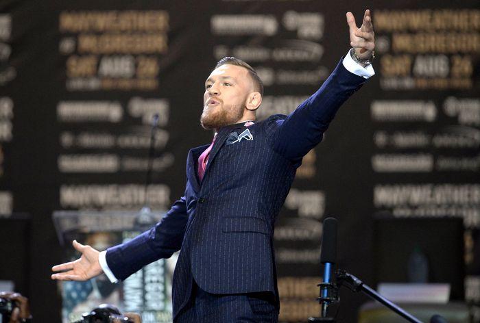 Psywar antara Conor McGregor dan Floyd Mayweather sudah dimulai. Mereka terlibat perang kata-kata cemoohan dalam jumpa pers di Staples Center, Los Angeles, Amerika Serikat, Selasa (11/7/2017).