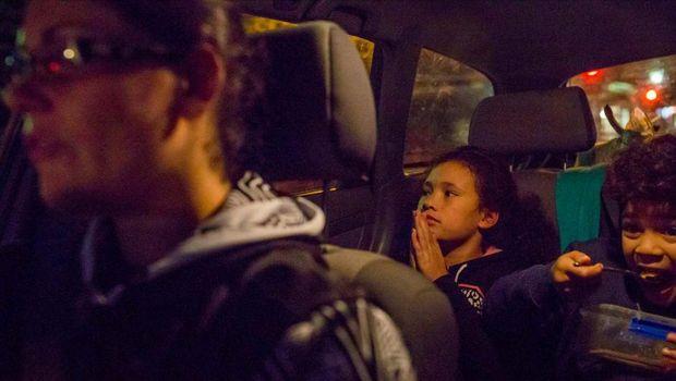 Shantelle Thompson bersama anak kembarnya, Soane dan Jaida dalam perjalanan pulang