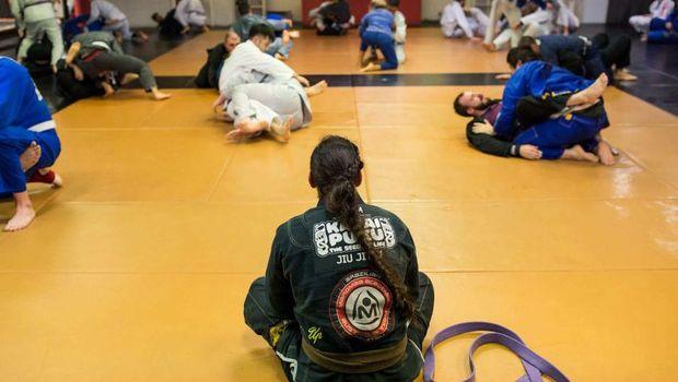 Shantelle Thompson sedang melatih jiu-jitsu