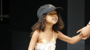 Lucunya Anak Kim Kardashian Saat Nyanyikan Lagu Ayahnya