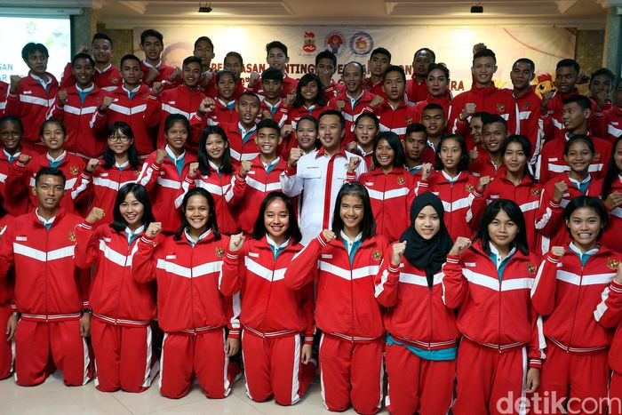 Imam memberikan sambutan di hadapan para pelajar Indonesia yang akan mengikuti ASEAN Schools Games (ASG) ke-9 Singapura.