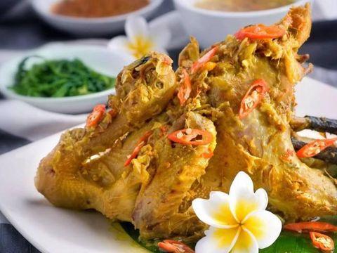 Ayam berempah yang disajikan dengan santan.