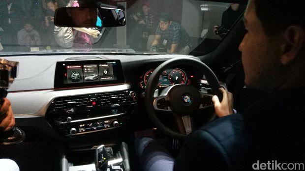 Hamish Daud duduk di mobil Seri 5