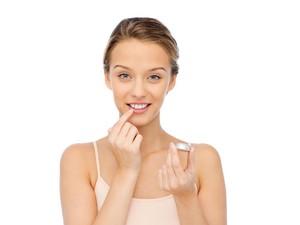 9 Cara Mencerahkan Warna Bibir Gelap dengan Bahan Alami