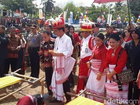 Datang ke Sumba, Jokowi Kepincut Sandelwood dan Kain Tenun Ikat