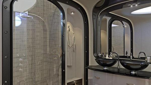 Traveler pun bisa mendapatkan privasi hanya dengan menekan tombol yang akan membuat dinding pemisah menjadi buram. Jika badan terasa lengket, ada kamar mandi lapang yang memungkinkan penumpang untuk menyegarkan diri (Dok. Airbus)