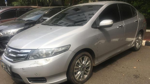 Mobil Honda City ditumpangi oleh tersangka Edwin Hitipeuw, Richard dan seorang perempuan berinsial S.
