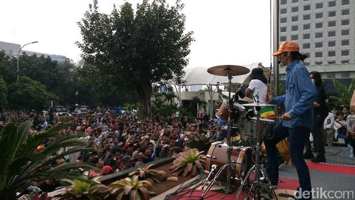 Slank konser di depan Gedung KPK.