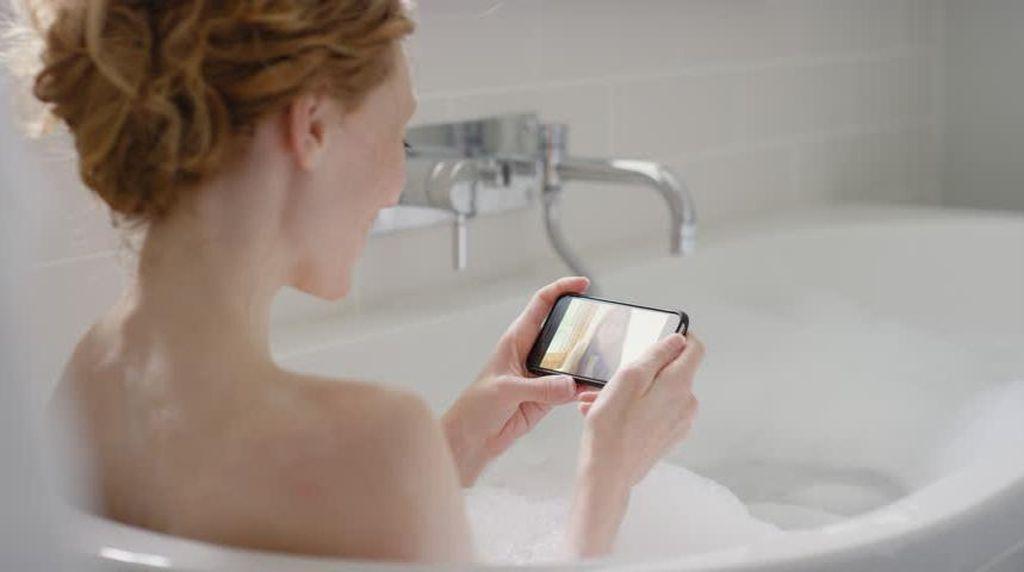 Pakai Ponsel Ketika di Bathtub, Gadis 14 Tahun Meregang Nyawa
