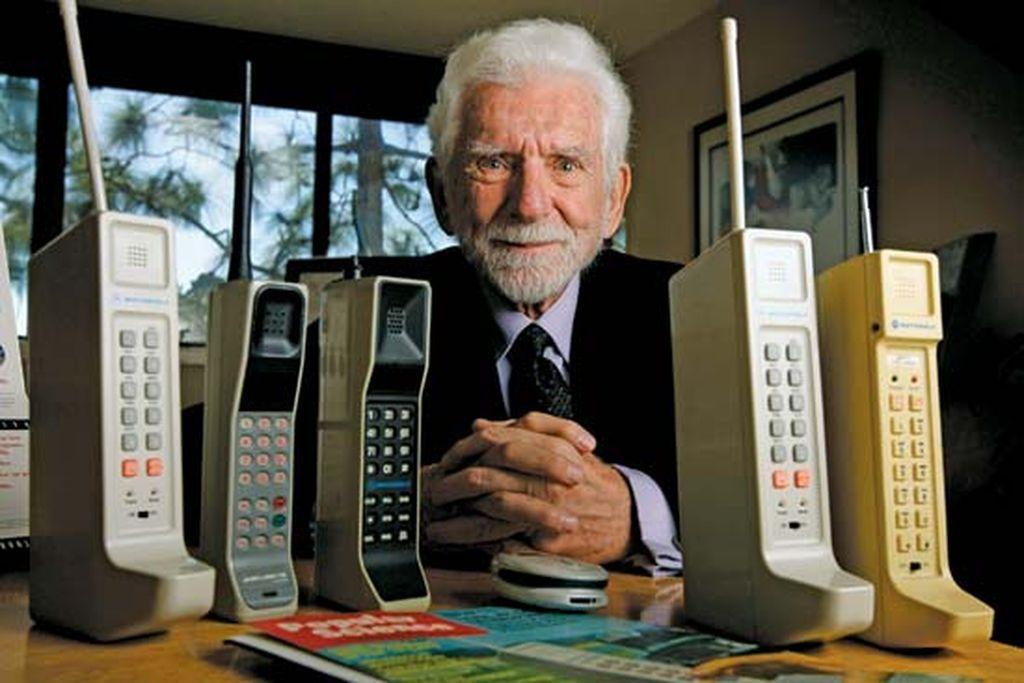 Martin Cooper, sang Bapak Ponsel. Tahun 1970, Martin menjabat sebagai manajer umum Motorolas Communications Systems Division. Bersama timnya, dia mengembangkan ponsel pertama yang kelak dinamakan sebagai Motorola Dyna-Tac. Martin juga mendapat kehormatan untuk melakukan panggilan pertama di ponsel portable tersebut pada 3 April 1973. Kini, lelaki berkebangsaan Amerika Serikat itu menjadi CEO sebuah perusahaan bernama ArrayComm Inc.