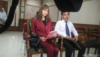 Kirana datang bersama pengacaranya, Nendy SH. Foto: Febriyan Tino