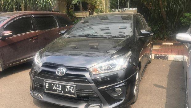 Mobil Toyota Yaris ditumpangi oleh tersangka Laurens Paliyama, Eric dan Domingus.