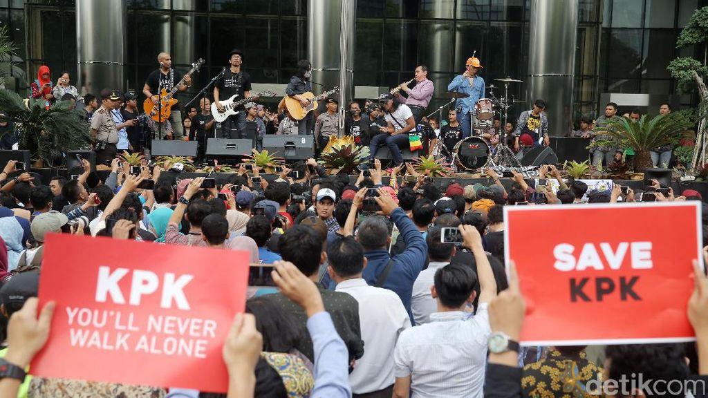 Aksi Pimpinan KPK Saut Situmorang Main Saksofon Bareng Slank