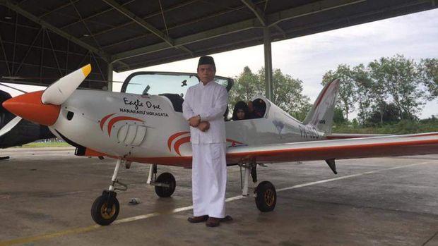 Gubernur Aceh Irwandi Yusuf punya pesawat pribadi jenis Shark Aero dan jago menerbangkannya.