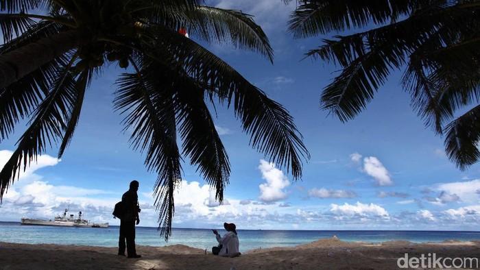 Sumbawa Barat, Propinsi Nusa Tenggara Barat, memiliki obyek wisata berupa pantai yang tidak kalah indahnya dibandingkan dengan pantai-pantai di Bali. Pantai ini disebut dengan Pantai Maluk yang terletak di Desa Maluk, Kecamatan Jereweh, Kabupaten Sumbawa Barat. Dari Pantai Maluk wisatawan juga bisa melihat pesona keindahan Teluk Maluk.