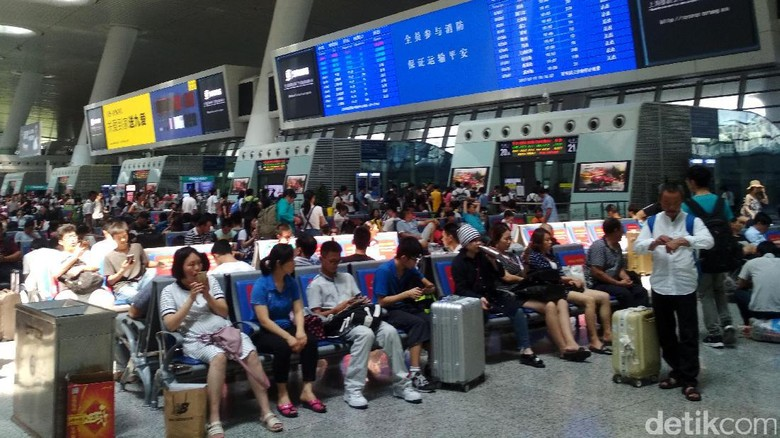 Di China, moda transportasi massal seperti kereta cepat tengah berkembang pesat. Berikut foto-foto mewahnya stasiun kereta cepat di Negeri Tirai Bambu tersebut.