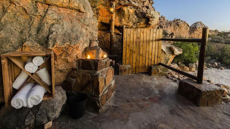 Tersedia tempat tidur yang double bed yang amat empuk, kamar mandi terbuka yang dilengkapi shower, dan kolam dari bebatuan alam. Para tamu yang akan menginap akan diantar dengan kendaraan safari dan ditinggalkan semalam yang dilengkapi dengan obor, radio dua arah, lentera, makan malam dan minuman (Dok. Kagga Kamma)