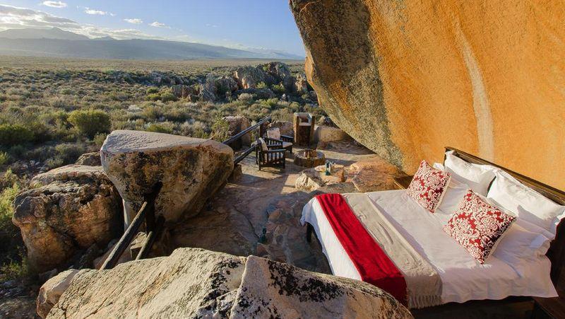 Anda bisa merasakan hidup di zaman pra sejarah. Setiap tamu bisa memesan kamar tidur tanpa dinding atau atap namun mewah (Dok. Kagga Kamma)