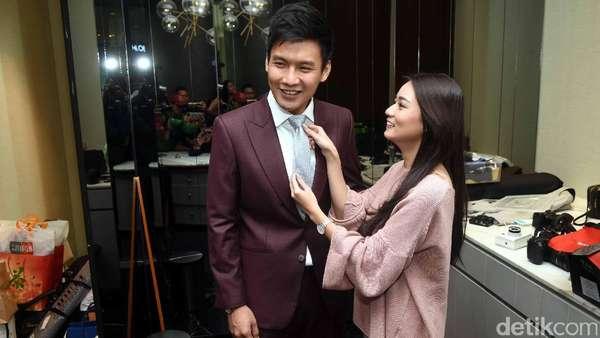 Segera Nikah, Stella Cornelia Belajar Pasang Dasi Fendy Chow