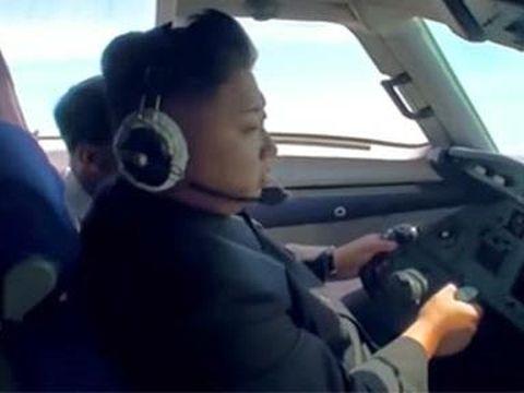 Kim Jong-Un menerbangkan pesawat sendiri.