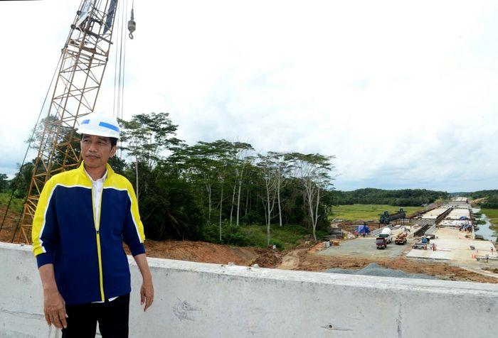 Presiden Joko Widodo saat kunjungan kerja ke Kalimantan Timur untuk meninjau pembangunan jalan tol Balikpapan - Samarinda, Kamis (13/7/2017). Dok. Setpres.
