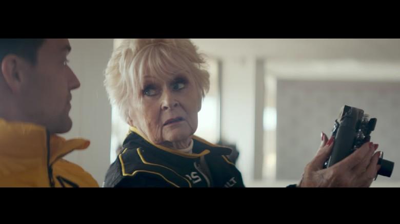 Orang Tertua yang Kendarai Mobil F1. Foto: Screenshot Youtube Renault Sport