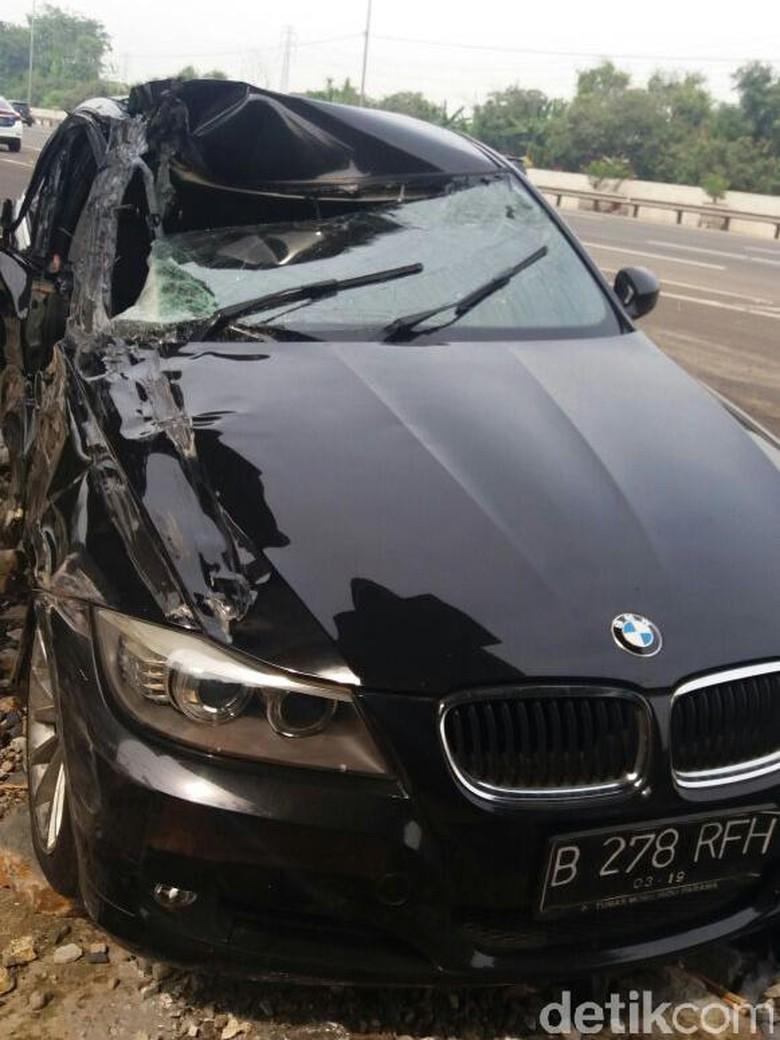 Tabrakan dengan Pikap, BMW Ringsek di Tol Jagorawi