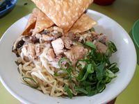Bakmi Jhon Punya Mi Ayam Jamur Gerobakan dengan Sambal Goreng yang Dahsyat
