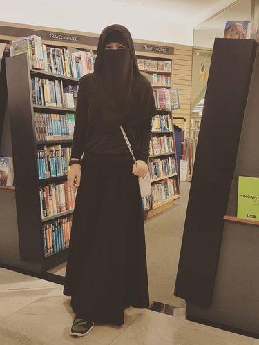Diana Nurliana memakai niqab.
