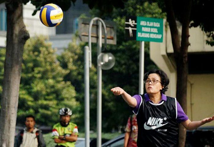 Begini gaya Sri Mulyani saat asyik bermain voli. Istimewa/Facebook/Sri Mulyani Indrawati.