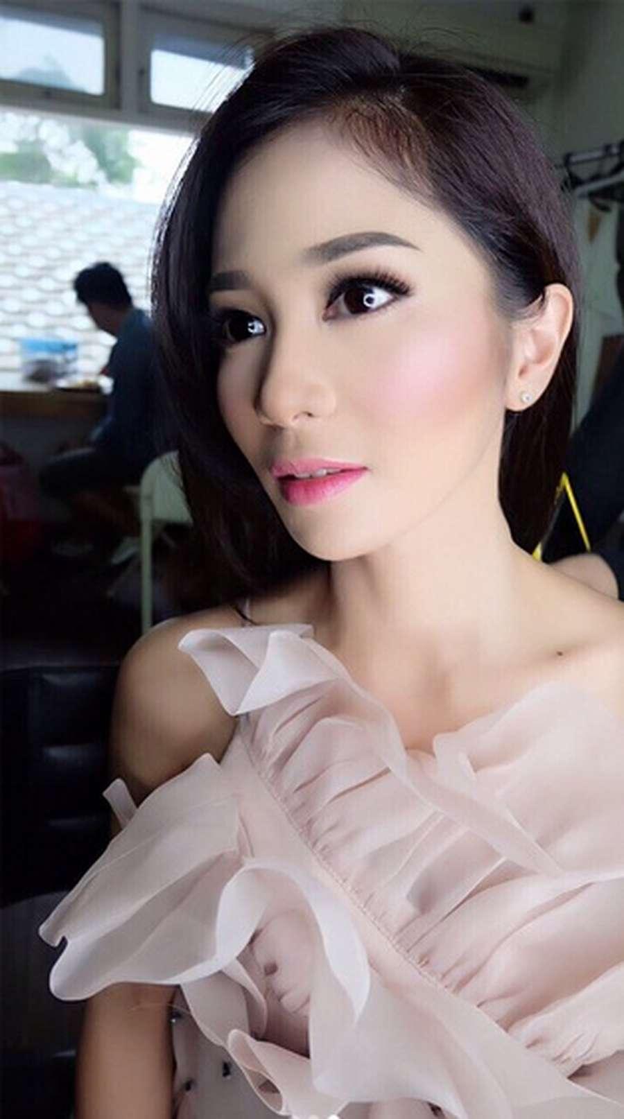 Glowing, Bunga Zainal Cantik Menawan!