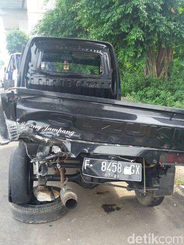 Mobil pikap yang bertabrakan dengan BMW di Tol Jagorawi