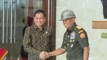 Usai Teken MoU, Jonan Beri Panglima TNI Helm Tambang