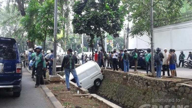 Mobil Boks Tercebur di Kali dekat ITC Permata Hijau