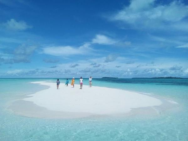 Pulau ini juga memiliki butiran pasir yang bersih dan lembut. Traveler yang sudah datang ke sana bahkan menggambarkan kelembutan pasir itu laksana terigu. Foto: (priscilla.tjitra/dTraveler)