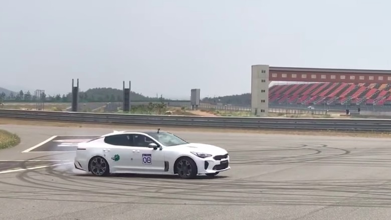 KIA Stinger diajak ngedrift Foto: Pool (Youtube)