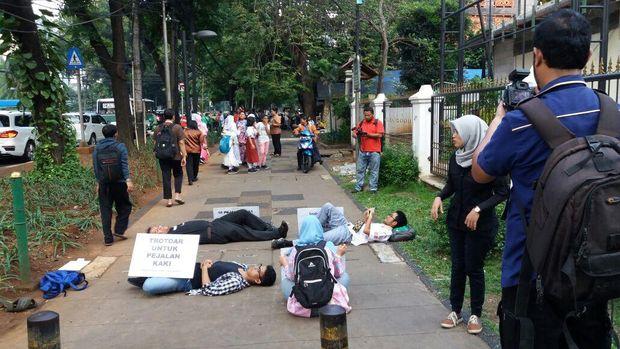 Aksi Koalisi Pejalan Kaki di Jalan Kebon Sirih