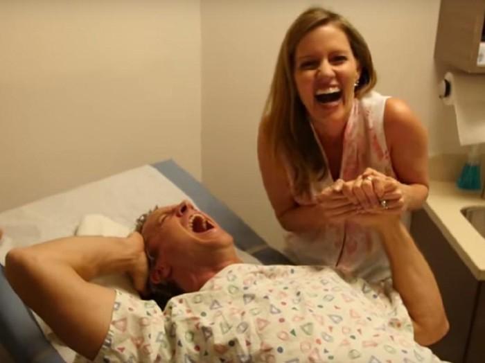 Apa yang terjadi jika pria mencoba merasakan sensasi melahirkan bayi ke dunia?  (Foto: youtube/The Holderness Family)