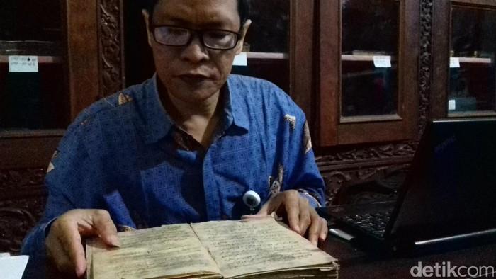 Penerjemah di Museum Radya Pustaka, Totok Yasmiran. Foto: Bayu Ardi Isnanto