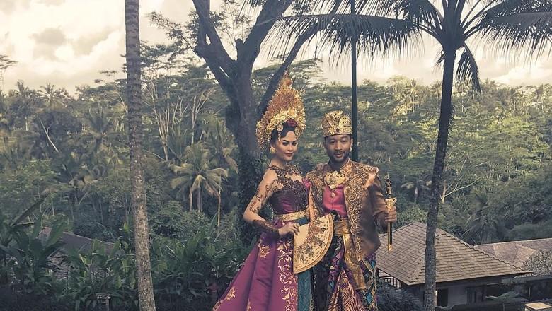 John Legend beserta istri pakai baju tradisional (Instagram/John Legend)