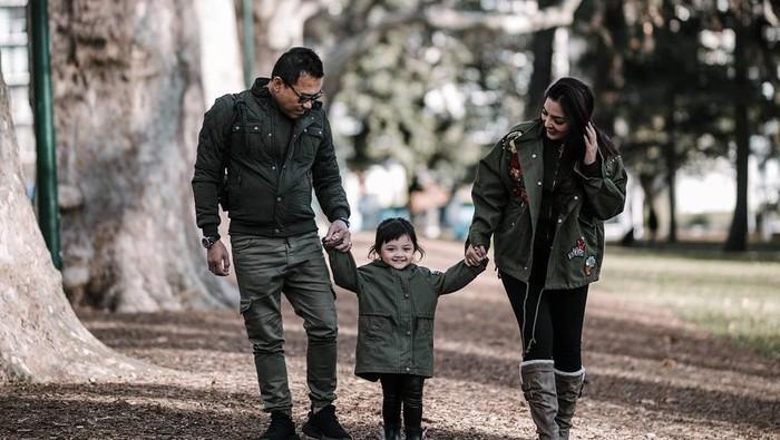 Ashanty dan Anang Hermansyah adalah sosok yang sangat perhatian terhadap anak-anaknya. Tak hanya si kecil Arsy yang diberi vaksin, Ashanty pun juga mengimbau Aurel untuk divaksin kanker serviks. Foto: ARLA Productions