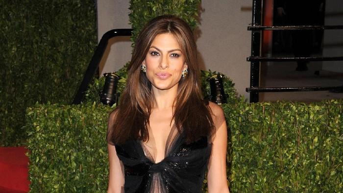 WEST HOLLYWOOD, CA - FEBRUARY 27:  Actress Eva Mendes arrives at the Vanity Fair Oscar party hosted by Graydon Carter held at Sunset Tower on February 27, 2011 in West Hollywood, California.  (Photo by Craig Barritt/Getty Images)