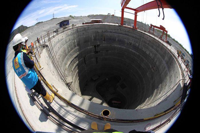 Sejumlah pekerja mengerjakan pembangunan PLTA Jatigede. Agus Trimukti/Humas PLN.