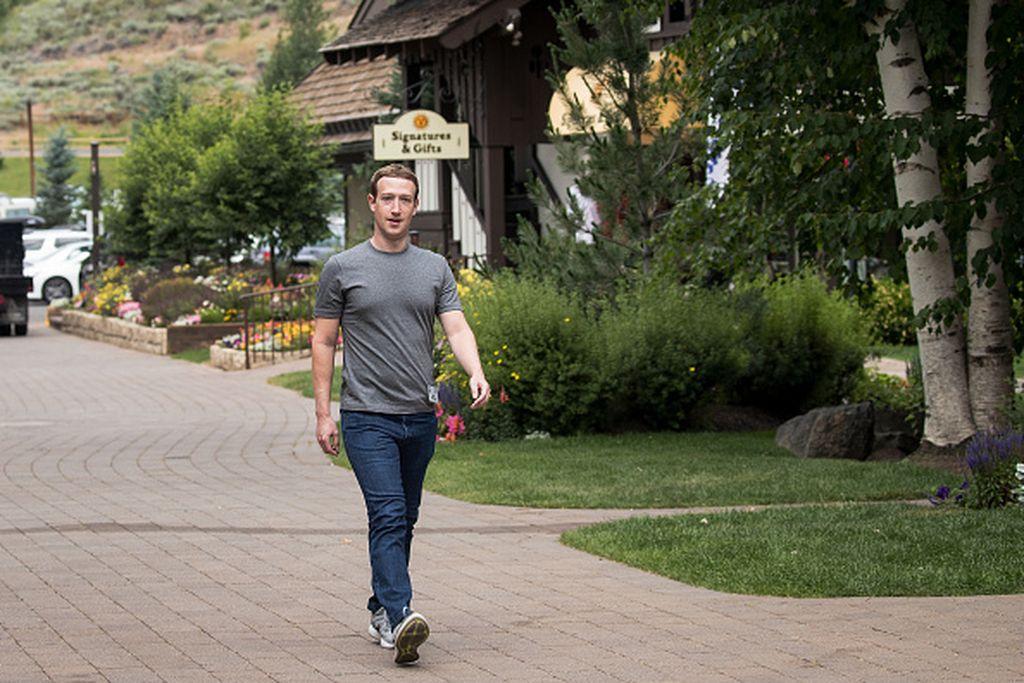Mark Zuckerberg tampil dengan pakaian seadanya di Sun Valley Resort, sebuah tempat eksklusif di Idaho. Foto: Getty Images